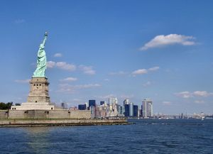 800px-Liberty-statue-with-manhattan